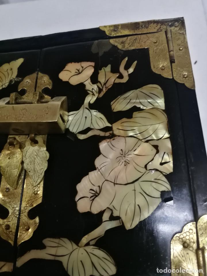 Antigüedades: PRECIOSO JOYERO CHINO LACADO CON INCRUSTACIONES DE MADREPERLA HERRAJES EN BRONCE CON SU CANDADO - Foto 3 - 219448853