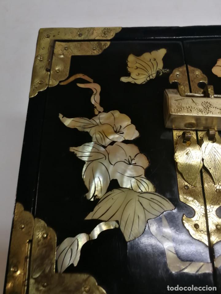 Antigüedades: PRECIOSO JOYERO CHINO LACADO CON INCRUSTACIONES DE MADREPERLA HERRAJES EN BRONCE CON SU CANDADO - Foto 4 - 219448853