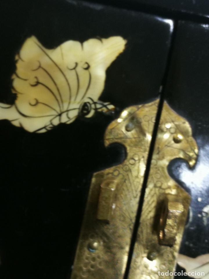 Antigüedades: PRECIOSO JOYERO CHINO LACADO CON INCRUSTACIONES DE MADREPERLA HERRAJES EN BRONCE CON SU CANDADO - Foto 22 - 219448853