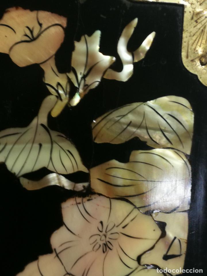 Antigüedades: PRECIOSO JOYERO CHINO LACADO CON INCRUSTACIONES DE MADREPERLA HERRAJES EN BRONCE CON SU CANDADO - Foto 23 - 219448853