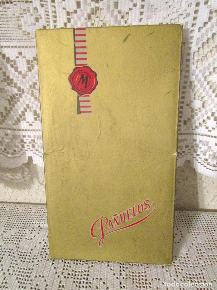 ANTIGUA CAJA DE PAÑUELOS DE CABALLERO MARCA MURILLO, CON TRES PAÑUELOS BLANCOS. AÑOS 50-60 (Antigüedades - Moda - Pañuelos Antiguos)