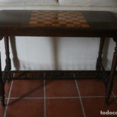 Antigüedades: ANTIGUA MESA DE MADERA NOBLE CON TABLERO DE AJEDREZ EN MARQUETERIA PATAS TORNEADAS RUEDAS PALILLERIA. Lote 219459737