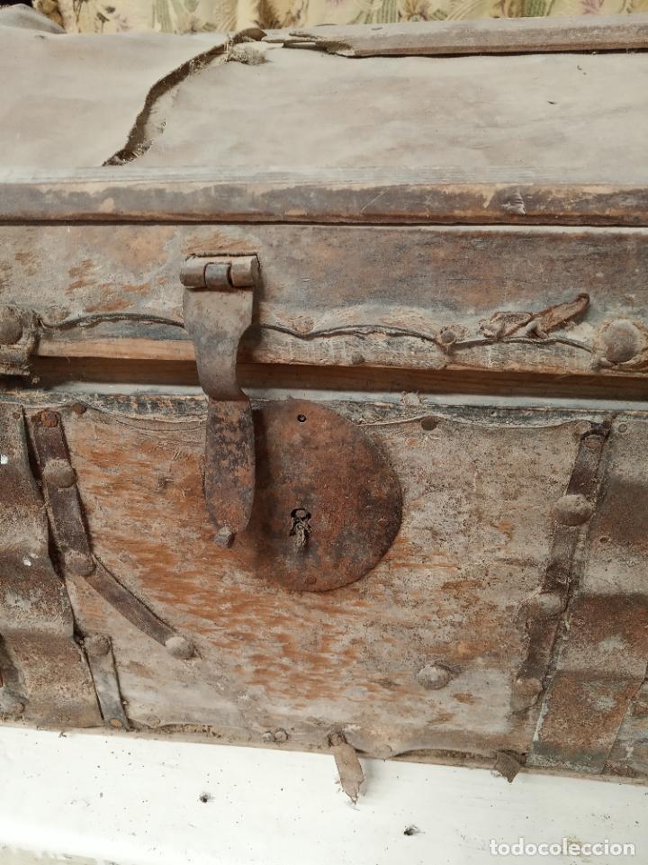 Antigüedades: Antiguo baúl mediano forrado en piel. Interior de tela antigua. Siglo XVIII. Cierre de forja. - Foto 2 - 219476051