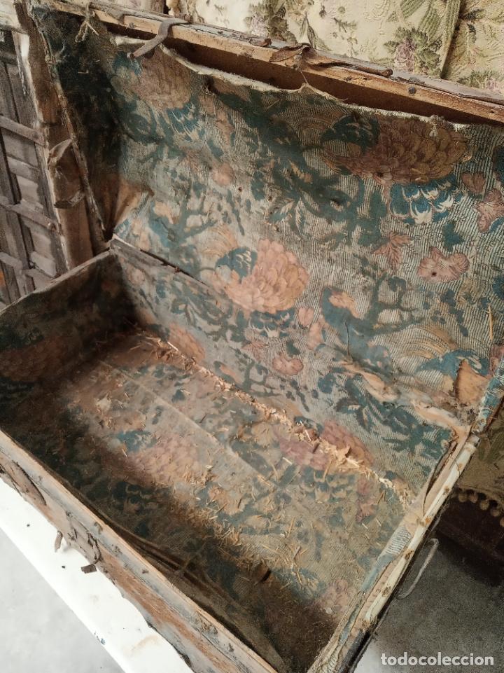 Antigüedades: Antiguo baúl mediano forrado en piel. Interior de tela antigua. Siglo XVIII. Cierre de forja. - Foto 3 - 219476051