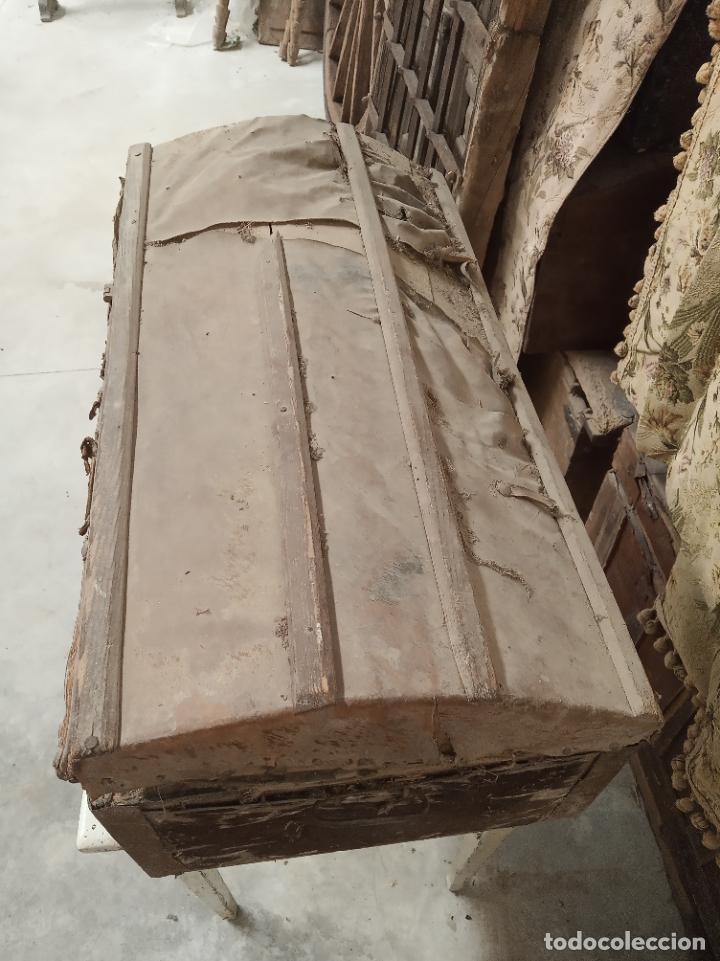 Antigüedades: Antiguo baúl mediano forrado en piel. Interior de tela antigua. Siglo XVIII. Cierre de forja. - Foto 4 - 219476051