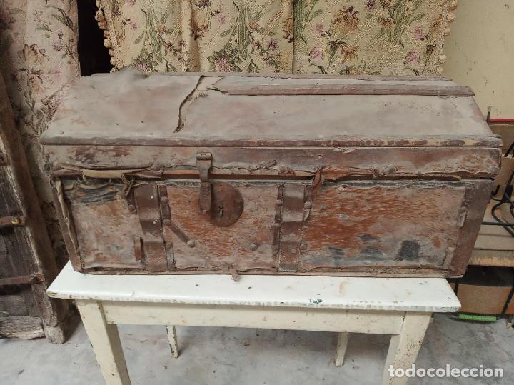 ANTIGUO BAÚL MEDIANO FORRADO EN PIEL. INTERIOR DE TELA ANTIGUA. SIGLO XVIII. CIERRE DE FORJA. (Antigüedades - Muebles Antiguos - Baúles Antiguos)