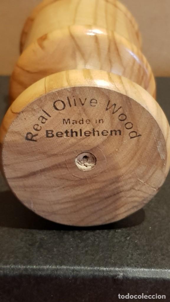 Antigüedades: PORTAVELAS EN MADERA DE OLIVO / REAL OLIVE WOOD / MADE IN BETHLEHEM / 8 CM ALTO. / PERFECTO. - Foto 4 - 219486766