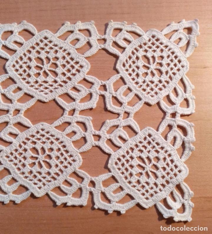 Antigüedades: Tp 44 Tapete rectangular blanco hecho a ganchillo - 57cm x 17cm - Buen y bonito trabajo - Foto 2 - 219528947