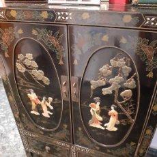 Antigüedades: BONITO MUEBLE CHINO CON DECORACIÓNES INCRUSTADAS COMO NUEVO. Lote 219542006