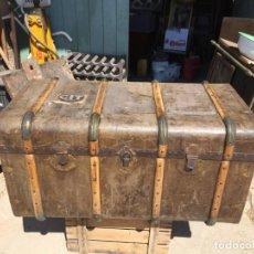 Antiquités: ANTIGUA MALETA / COFRE / BAÚL DE VIAJE DE LOS AÑOS 20-30, CON BONITOS HERRAJES Y LISTONES. Lote 219549611