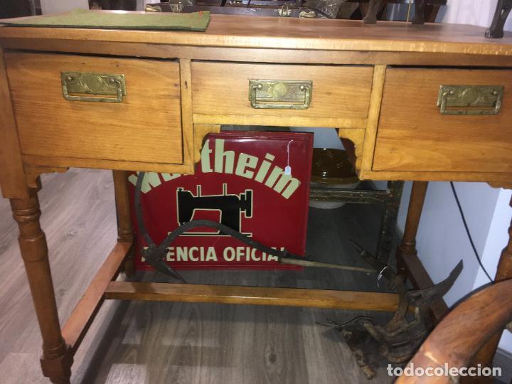 Antigüedades: Antigua mesa de despacho-colegio en madera. Totalmente restaurada. mide 100 x 60 x 80 de alto - Foto 3 - 219579462