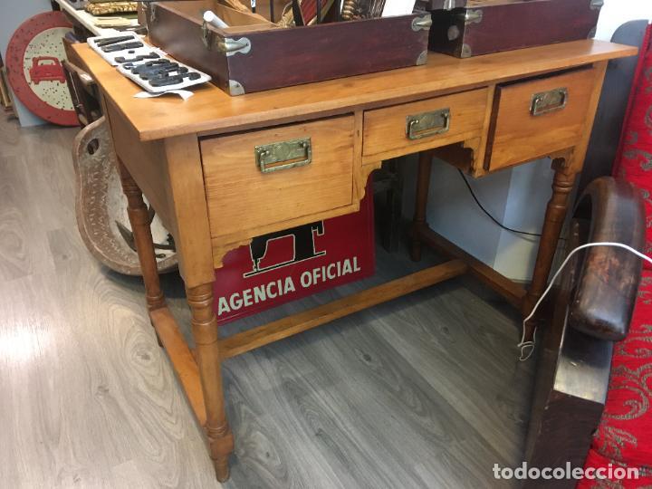 Antigüedades: Antigua mesa de despacho-colegio en madera. Totalmente restaurada. mide 100 x 60 x 80 de alto - Foto 4 - 219579462