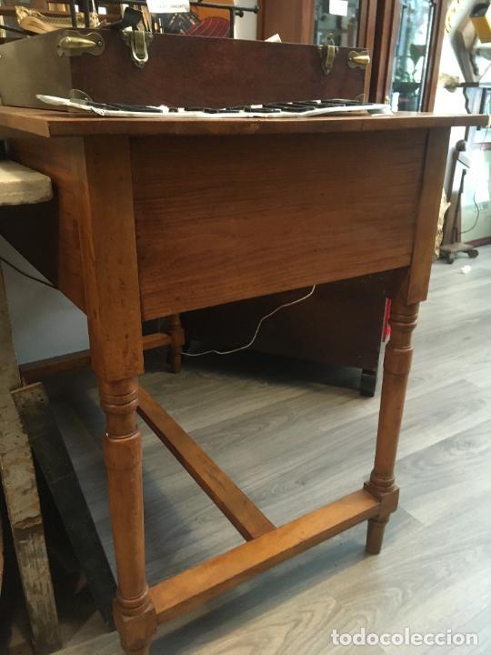 Antigüedades: Antigua mesa de despacho-colegio en madera. Totalmente restaurada. mide 100 x 60 x 80 de alto - Foto 5 - 219579462