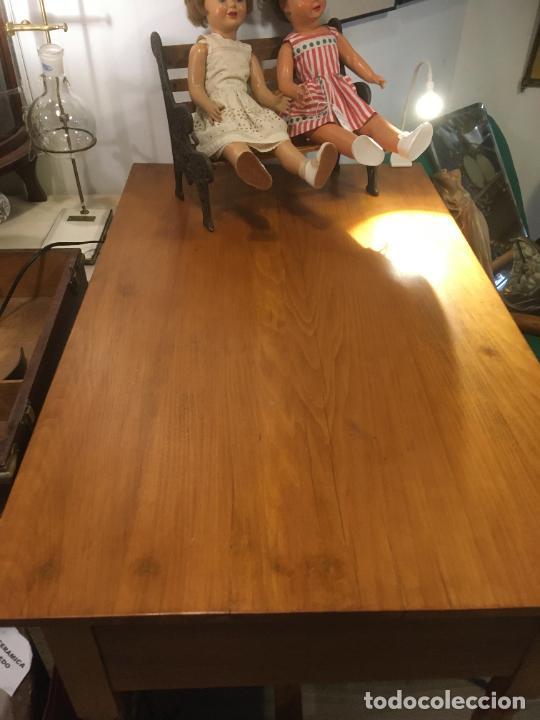 Antigüedades: Antigua mesa de despacho-colegio en madera. Totalmente restaurada. mide 100 x 60 x 80 de alto - Foto 7 - 219579462