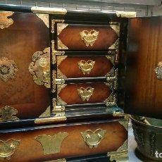 Antigüedades: PRECIOSO MUEBLE MADERA GABINETE / CABINET ORIENTAL CON ASAS 56 ANCHO X 35 CM FONDO X 58 ALTO. Lote 219595851
