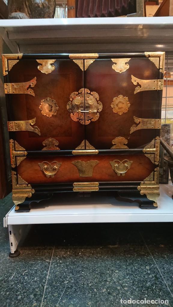 Antigüedades: PRECIOSO MUEBLE MADERA GABINETE / CABINET ORIENTAL CON ASAS 56 ANCHO X 35 CM FONDO X 58 ALTO - Foto 4 - 219595851