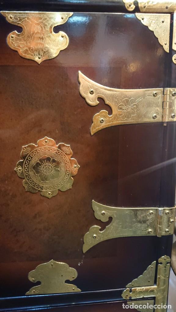 Antigüedades: PRECIOSO MUEBLE MADERA GABINETE / CABINET ORIENTAL CON ASAS 56 ANCHO X 35 CM FONDO X 58 ALTO - Foto 5 - 219595851