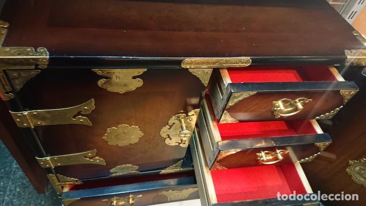 Antigüedades: PRECIOSO MUEBLE MADERA GABINETE / CABINET ORIENTAL CON ASAS 56 ANCHO X 35 CM FONDO X 58 ALTO - Foto 11 - 219595851