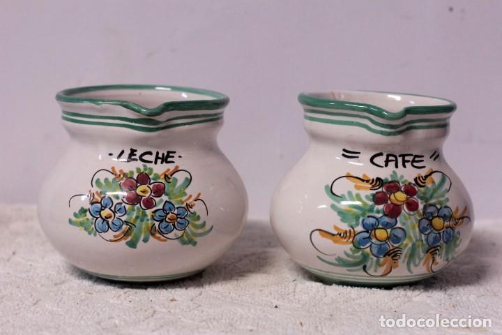 PAREJA DE JARRAS DE CAFÉ Y LECHE, CERÁMICA PUENTE DEL ARZOBISPO. FIRMADO J. A. ESCOBAR (Antigüedades - Porcelanas y Cerámicas - Puente del Arzobispo )
