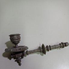 Antigüedades: BONITO BRAZO DE CANDELABRO DE ESCRITORIO ANTIGUO. PERFORADO PARA ELECTRIFICARLO. BRONCE O LATÓN. Lote 219648977