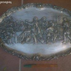 Antigüedades: BANDEJA DE COLGAR. RELIEVE DE METAL PLATEADO SOBRE LA ÚLTIMA CENA DE RUBENS.. Lote 219664055