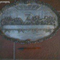 Antigüedades: BANDEJA DE COLGAR. RELIEVE DE METAL PLATEADO SOBRE LA ÚLTIMA CENA.. Lote 219664287