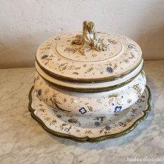 Antigüedades: SOPERA + PLATO DE PORCELANA CASES DE MANISES. Lote 219739093