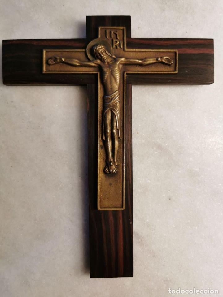 PRECIOSO Y SINGULAR CRUCIFIJO DE MADERA BRONCE (Antigüedades - Religiosas - Crucifijos Antiguos)