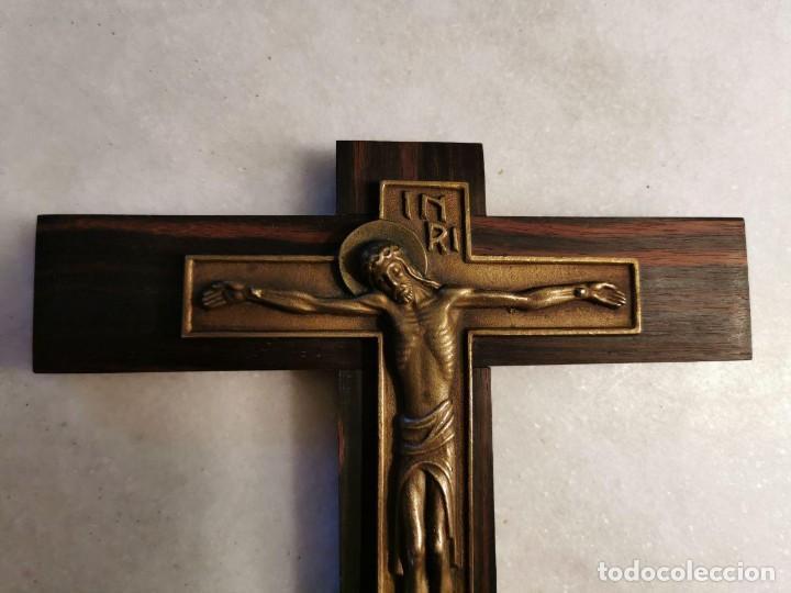 Antigüedades: PRECIOSO Y SINGULAR CRUCIFIJO DE MADERA BRONCE - Foto 2 - 219764981