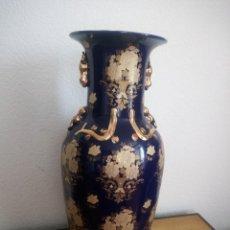 Antigüedades: GRAN JARRON CHINO AZUL COBALTO Y ORO PRECIOSAS FLORES. Lote 219865552