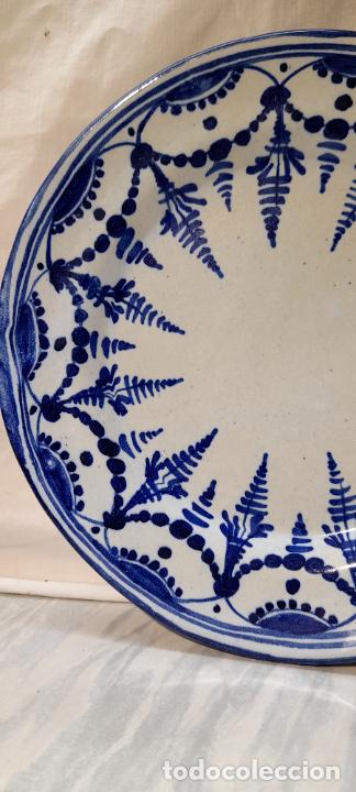Antigüedades: plato para colgar - ceramica de Talavera -- firmado L.C.P - 25cm - Foto 5 - 219987487