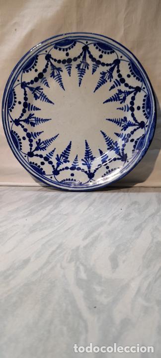 PLATO PARA COLGAR - CERAMICA DE TALAVERA -- FIRMADO L.C.P - 25CM (Antigüedades - Porcelanas y Cerámicas - Talavera)