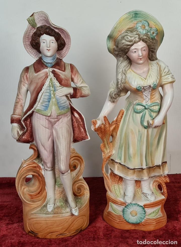 Antigüedades: PAREJA DE JOVENES EN PORCELANA. BISCUIT. PINTADOS A MANO. ALEMANIA. SIGLO XX. - Foto 2 - 220236906