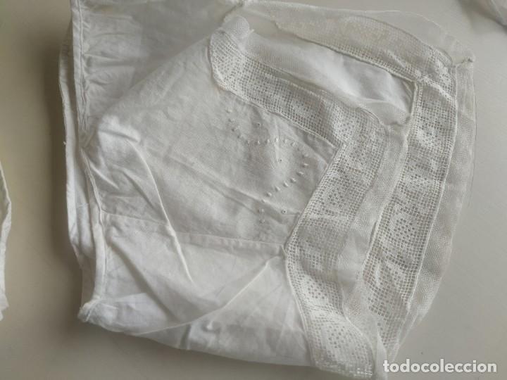 Antigüedades: Lote de dos pares de mangas, cuello de muselina y tirantes con encaje de delantal. Finales s.XIX - Foto 4 - 220301155