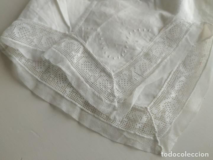 Antigüedades: Lote de dos pares de mangas, cuello de muselina y tirantes con encaje de delantal. Finales s.XIX - Foto 6 - 220301155