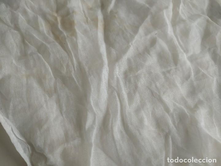 Antigüedades: Lote de dos pares de mangas, cuello de muselina y tirantes con encaje de delantal. Finales s.XIX - Foto 9 - 220301155
