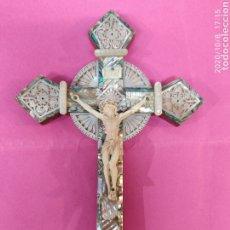 Antigüedades: CRUZ DE JERUSALÉN EN NACAR Y CRISTO CELULOIDE. Lote 220393398