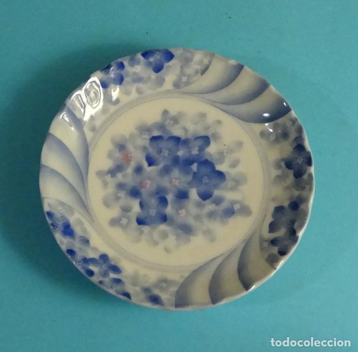 PLATO DE PORCELANA CON DECORACIÓN FLORAL. MARCA EN BASE. DIÁMETRO 12 CM (Antigüedades - Porcelana y Cerámica - Japón)