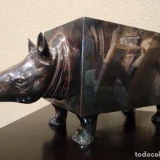 Antigüedades: RARO Y CURIOSO BOTELLERO-RINOCERONTE -SELLO PLATA ALMAZÁN- VINTAGE. Lote 220455028