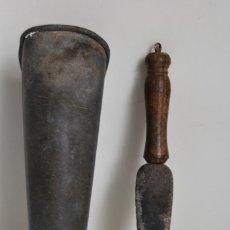 Antigüedades: COLODRA DE ZINC CON PIEDRA DE AFILAR - DALLE - GUADAÑA - PASTOR. Lote 220455353