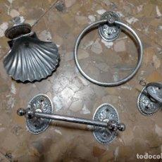 Oggetti Antichi: JUEGO CUARTO DE BAÑO WC TOALLERO JABONERA VASO METAL PLATEADO. Lote 220459186