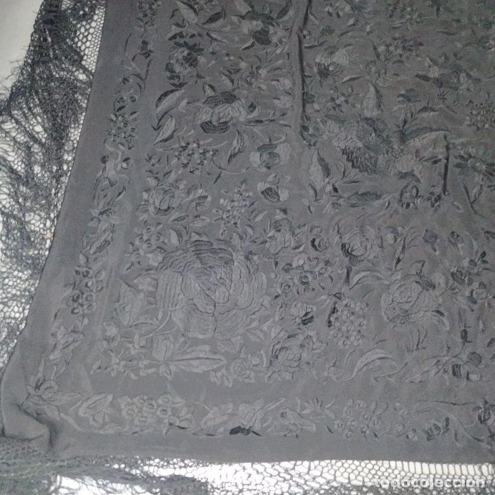 Antigüedades: GRAN MANTÓN. CREPE DE SEDA BORDADO A MANO. ESPAÑA. SIGLO XIX-XX - Foto 11 - 220465933