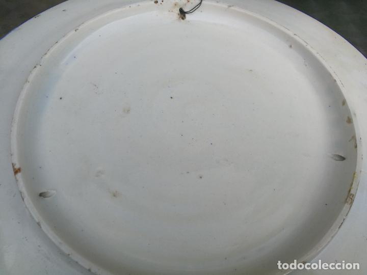 Antigüedades: GRAN PLATO DE CERAMICA DE TALAVERA DE DON QUIJOTE Y DULCINEA, 41 CM. DIAMETRO - Foto 6 - 220530068