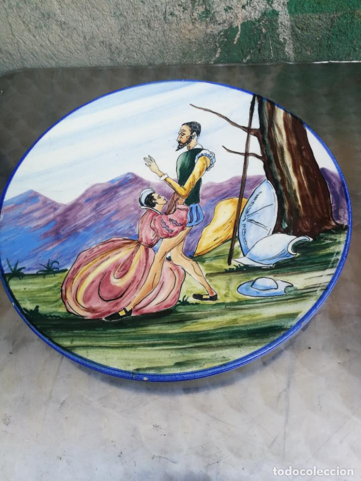 GRAN PLATO DE CERAMICA DE TALAVERA DE DON QUIJOTE Y DULCINEA, 41 CM. DIAMETRO (Antigüedades - Porcelanas y Cerámicas - Talavera)
