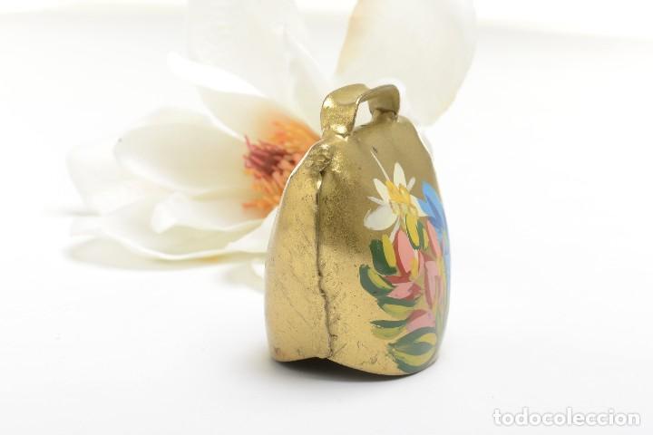 Antigüedades: Antigua campana suiza de lata con flores pintadas, campana de metal, recuerdo de Suiza - Foto 2 - 220546140