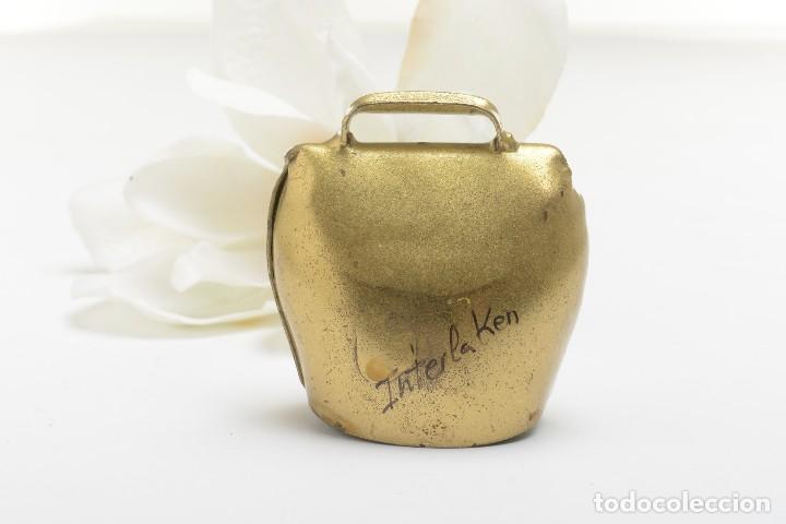 Antigüedades: Antigua campana suiza de lata con flores pintadas, campana de metal, recuerdo de Suiza - Foto 3 - 220546140