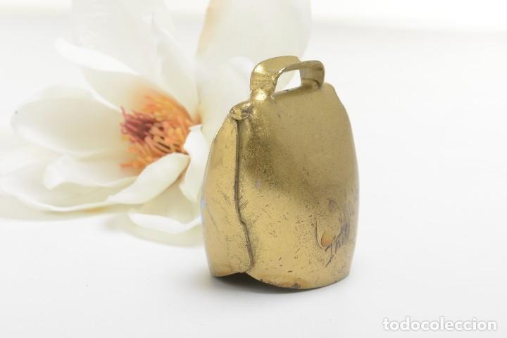 Antigüedades: Antigua campana suiza de lata con flores pintadas, campana de metal, recuerdo de Suiza - Foto 4 - 220546140