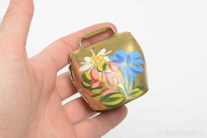 Antigüedades: Antigua campana suiza de lata con flores pintadas, campana de metal, recuerdo de Suiza - Foto 7 - 220546140