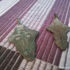 Antigüedades: PAREJA DE CRUCES MEDIEVALES CRISTINANAS DE BRONCE. Lote 220654333