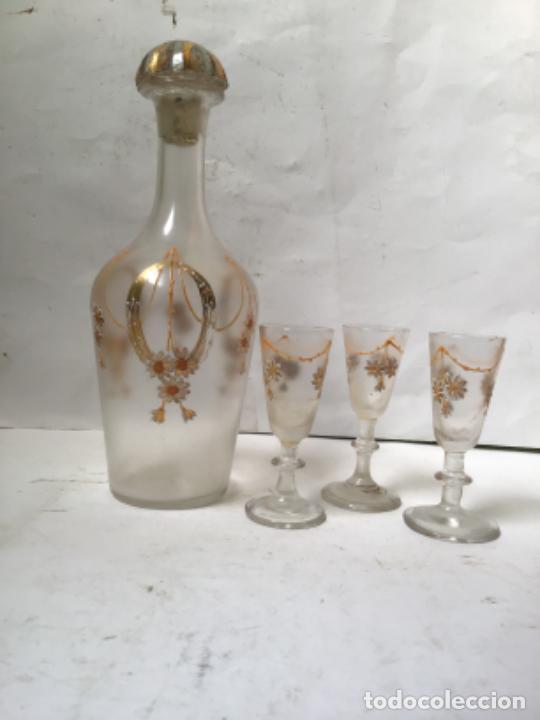 ANTIGUA BOTELLA LICORERA Y 3 COPAS EN CRISTAL DECORADO . MODERNISTA SIGLO XIX (Antigüedades - Cristal y Vidrio - Bohemia)